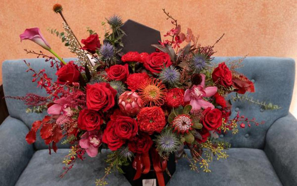 Những bó hoa, lẵng hoa nhập khẩu được bày bán với giá từ 1.500.000 đồng, còn hộp và bình hoa thì có giá từ 3.000.000 đồng. Trong ảnh là một hộp hoa được cắm bằng những bông hồng nhập khẩu từ Ecuador và một số loại hoa khác nhập từ Hà Lan có giá 5.200.000 đồng. (Ảnh: VTC News)