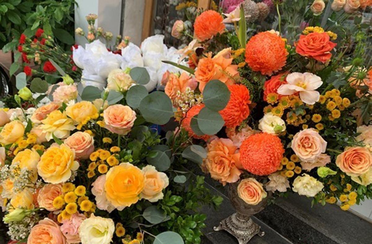 Những bình hoa tươi thắm kết hợp nhiều loại hoa nhập khẩu và nội địa có giá 2-3 triệu đồng. (Ảnh: Infonet)