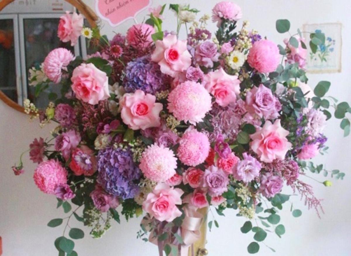 Các bó hoa đều được hoàn thiện một cách rất tỉ mỉ nhưng khách hàng năm nay cũng dè dặt khi móc hầu bao. (Ảnh: Infonet)