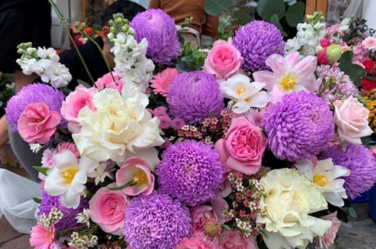 Với ngày lễ dành cho phụ nữ thì hoa có màu hồng, tím, đỏ... luôn là những màu hoa được khách hàng lựa chọn nhiều nhất. (Ảnh: Infonet)