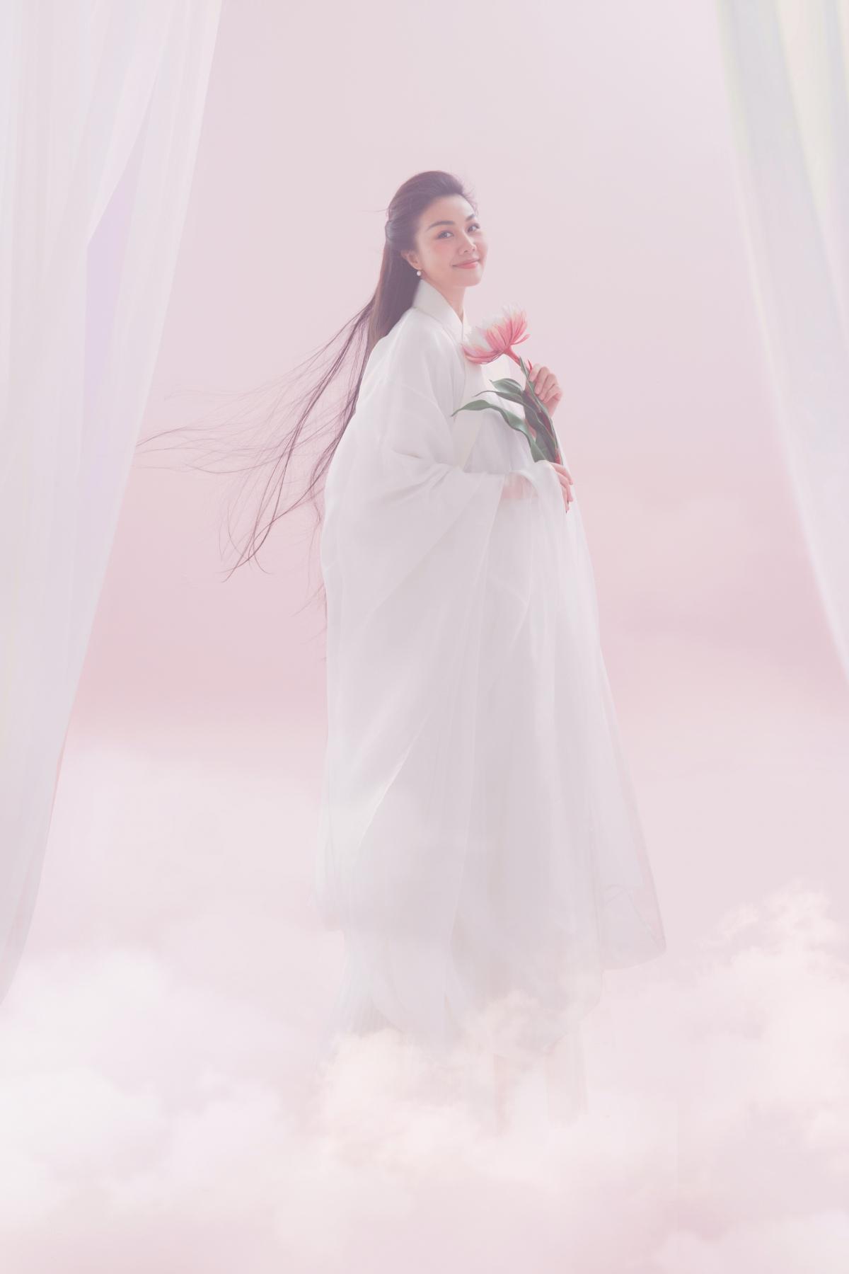 Trong những thiết kế mới của Thuỷ Nguyễn, Thanh Hằng xuất hiện như một nàng tiên nữ kiêu sa, thanh khiết.