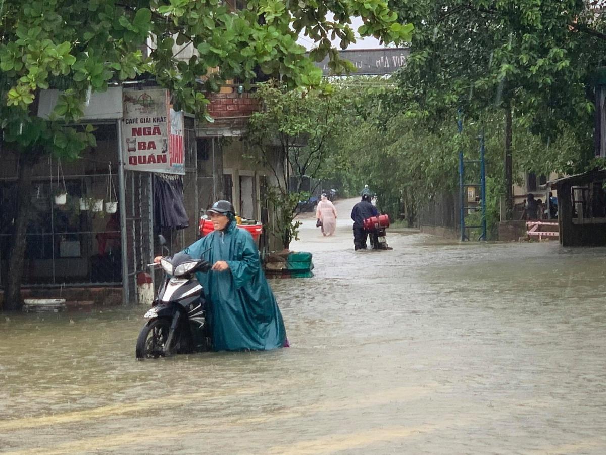 Mưa lớn nhiều ngày qua đã gây ngập lụt tại các xã vùng trũng các huyện Quảng Điền, Phong Điền, Phú Vang. Mưa lũ cũng làm một người bị mất tích. Nạn nhân là ông Dương Phước Hải, 31 tuổi, trú tại Tổ dân phố Khánh Mỹ, thị trấn Phong Điền.