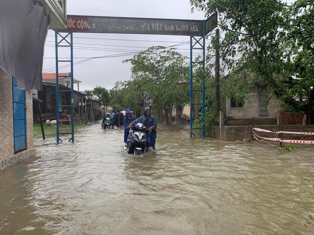 Ngập lụt cục bộ ở thôn Thủy Phú, xã Hương Vinh, tỉnh Thừa Thiên Huế. Ngập lụt khiến nhiều xe tắt máy, người dân phải dắt bộ.