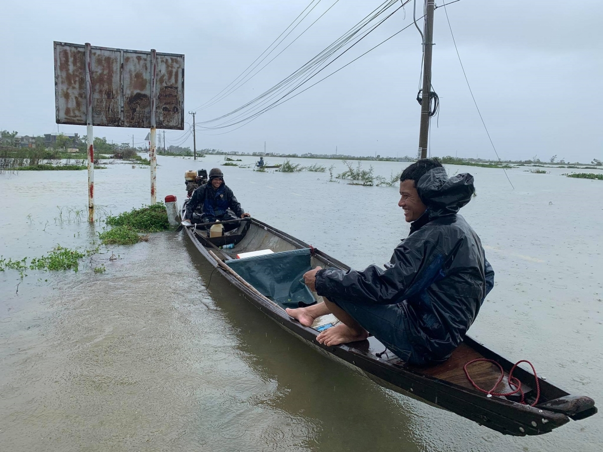 Nhà người dân ở xã Hương Vinh, thị xã Hương Trà, Thừa Thiên Huế bị nước lũ vây quanh. Nhiều nơi ở Thừa Thiên Huế ngập lụt phải đi lại bằng ghe.