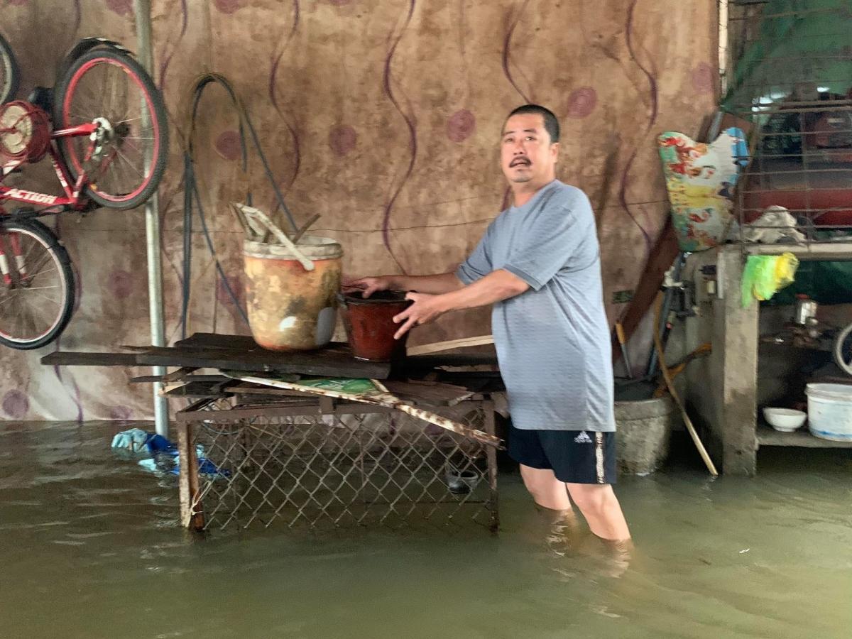 Nước lũ dâng cao cộng thêm thủy điện Hương Điền (thượng nguồn sông Bồ) xả lũ khiến vùng hạ du các huyện Hương Trà, Quảng Điền nhiều nơi bị ngập.