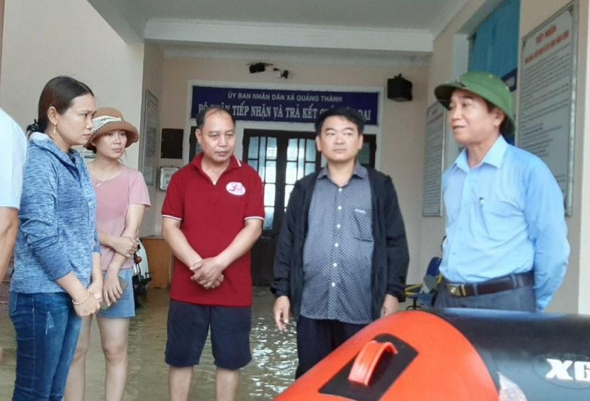 Sáng 8/10, ông Bùi Thanh Hà, Phó Bí thư Tỉnh ủy Thừa Thiên Huế (phải)kiểm tra công tác phòng chống ngập lụt