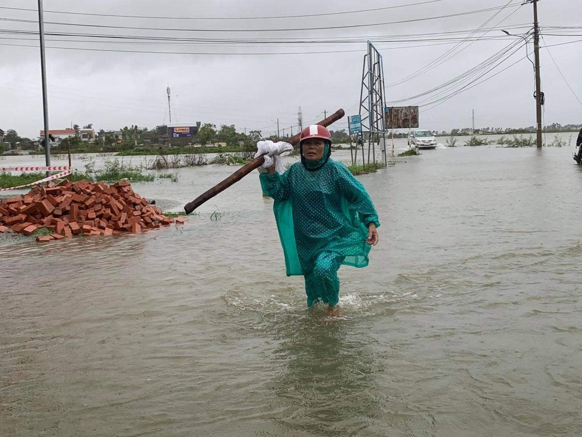 Tỉnh lộ 4 từ Huế đi huyện Quảng Điển bị ngập nhiều đoạn.