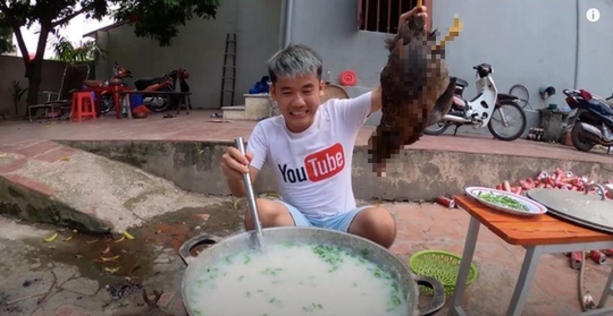 Hưng Vlog đã bị phạt 7,5 triệu đồng vì nấu cháo gà nguyên lông. (Ảnh: KT)