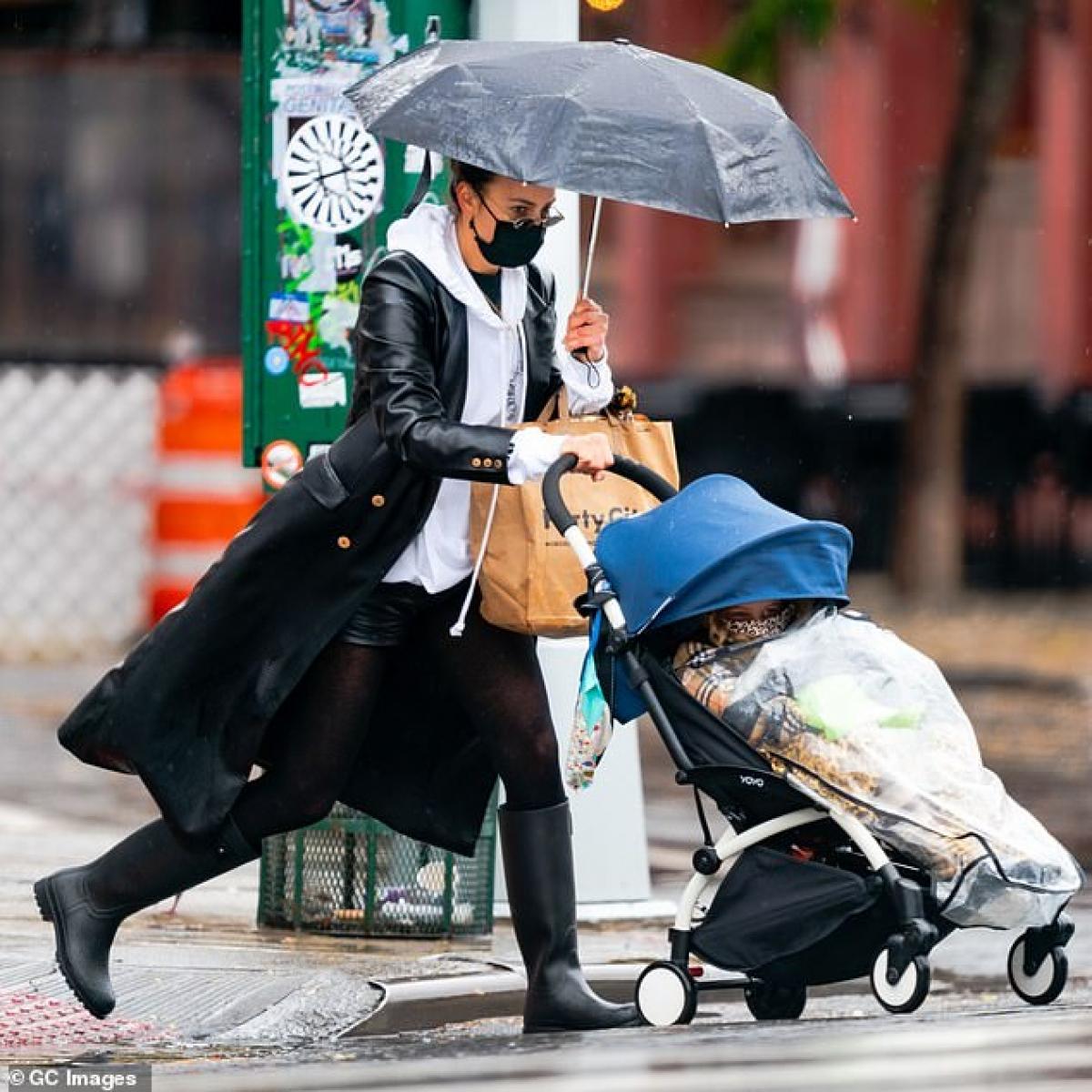 Irina Shayk bị cánh săn ảnh bắt gặp khi đang đưa con gái cưng Lea đi mua sắm trong ngày mưa ở New York vừa qua.