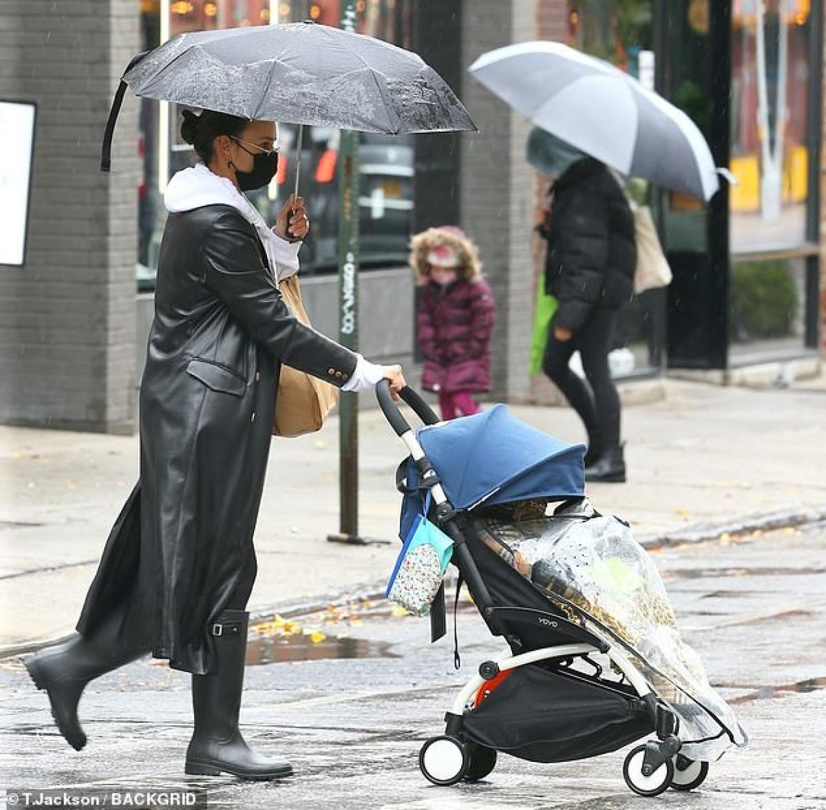 Bạn gái cũ của Bradley Cooper diện áo khoác da dáng dài sành điệu.