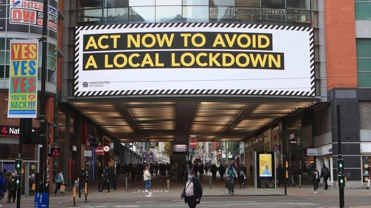 Biển hiệu lớn tuyên truyền chống dịch Covid-19 ở trung tâm thành phố Manchester (Ảnh: DPA)
