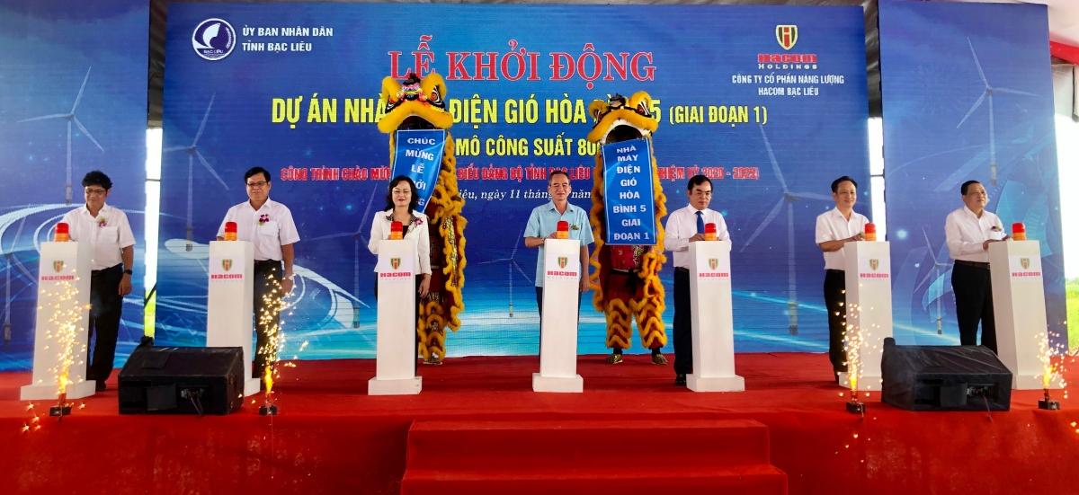 Lãnh đạo tỉnh Bạc Liêu và chủ đầu tư thực hiện nghi thức khởi động Dự án.