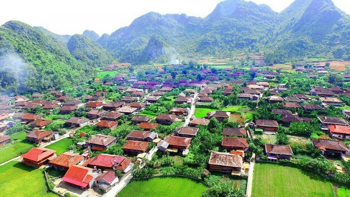 Các ngôi nhà sàn trong làng du lịch cộng đồng Quỳnh Sơn có kiến trúc đồng nhất, độc đáo với cửa nhà quay về hướng Nam, tạo không gian thoáng mát, hài hòa với thiên nhiên.