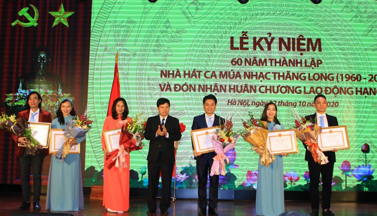 Phó Chủ tịch UBND thành phố Ngô Văn Quý trao Bằng khen của UBND thành phố Hà Nội cho hai tập thể và bốn cá nhân có thành tích xuất sắc.