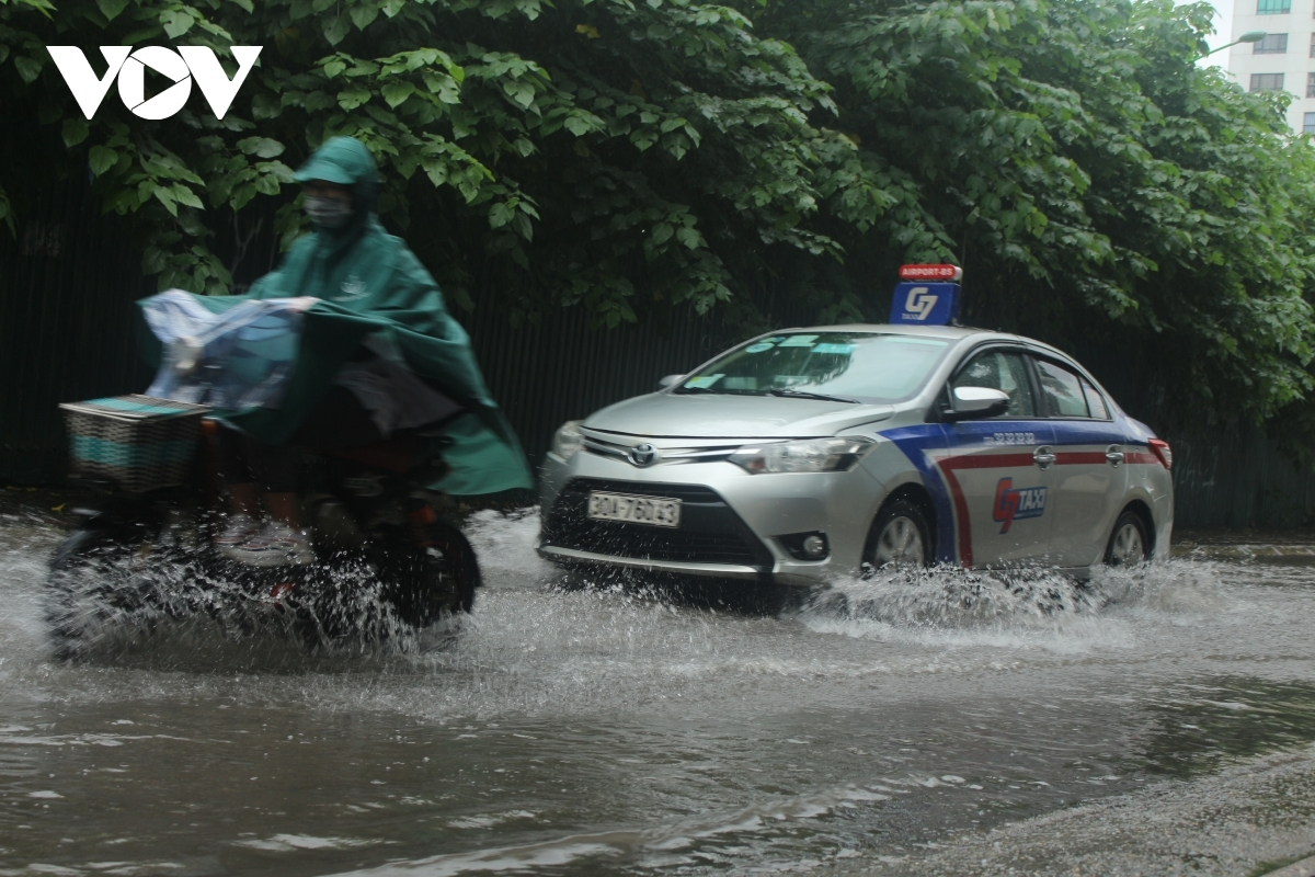 Không nên đi gần ô tô khi trời mưa, ngập.