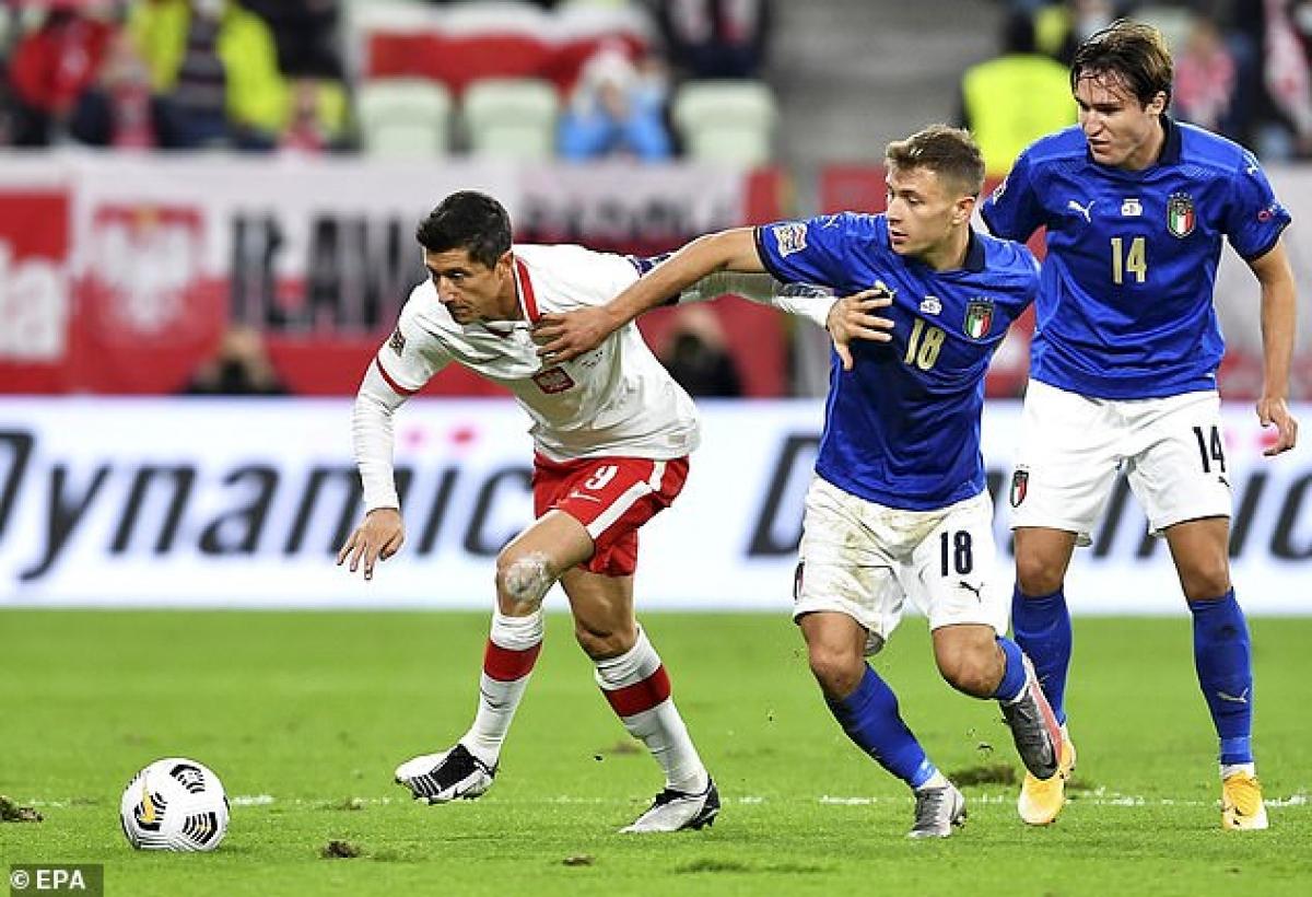 Italia (áo xanh) chơi áp đảo trước Ba Lan ở trận đấu này (Ảnh: EPA).