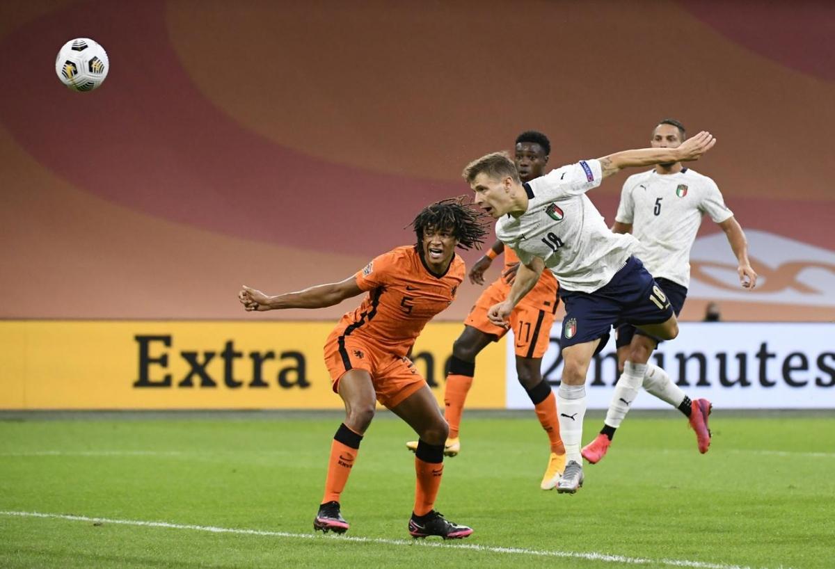 Cú đánh đầu của Barella giúp Italia thắng Hà Lan ở lượt đi. (Ảnh: Reuters)