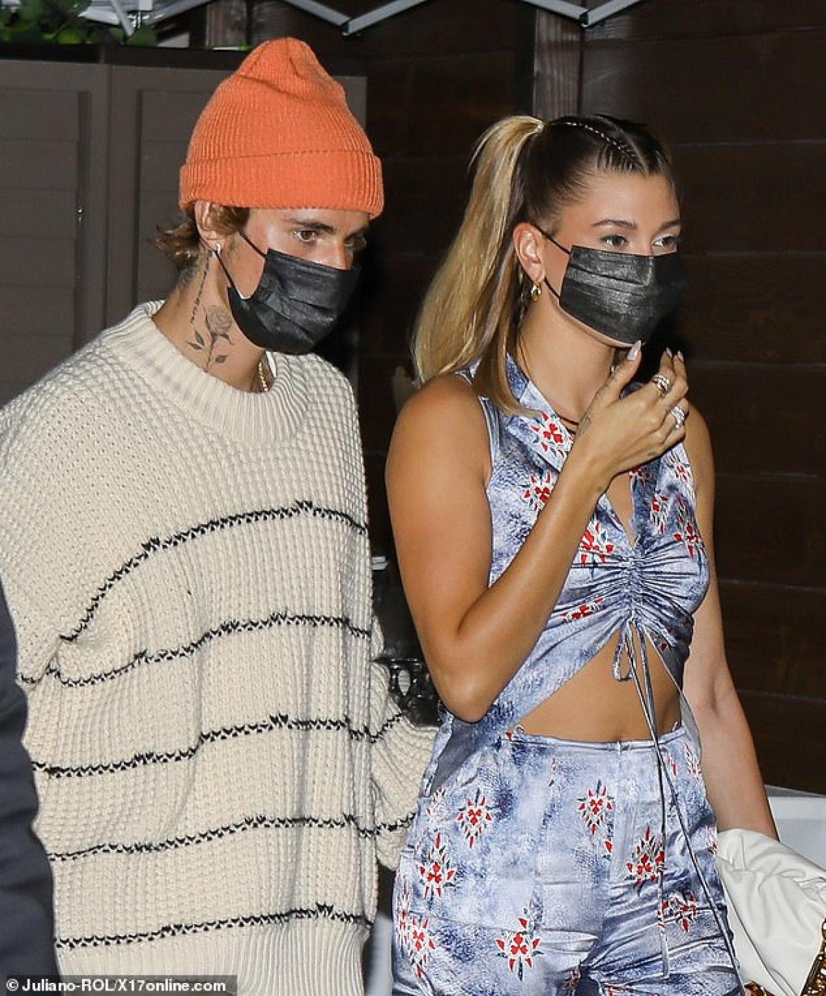Justin Bieber và bà xã Hailey Baldwin đi ăn tối cùng những người bạn ở California vừa qua.