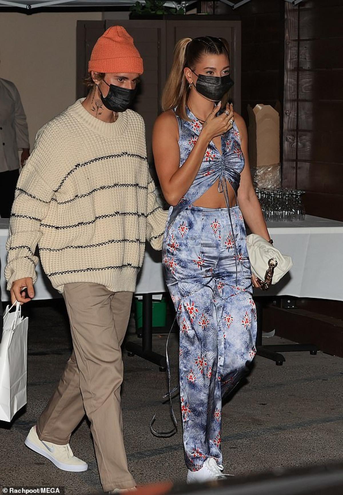 Cặp đôi đeo khẩu trang cẩn thận ra phố trong thời điểm dịch Covid-19 vẫn hoành hành.