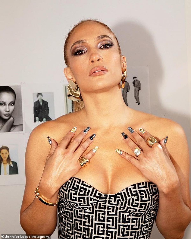 Trong buổi phỏng vấn trước đó với Today, Jennifer Lopez đã thẳng thắn chia sẻ về cuộc sống hiện tại của cô với hôn phu Alex Rodriguez cũng như khoảng thời gian giãn cách xã hội do dịch Covid-19