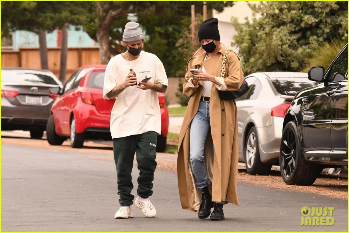 Trước đó, Justin Bieber nhiều lần bị đánh giá mặc xuề xòa khi đi cạnh vợ.