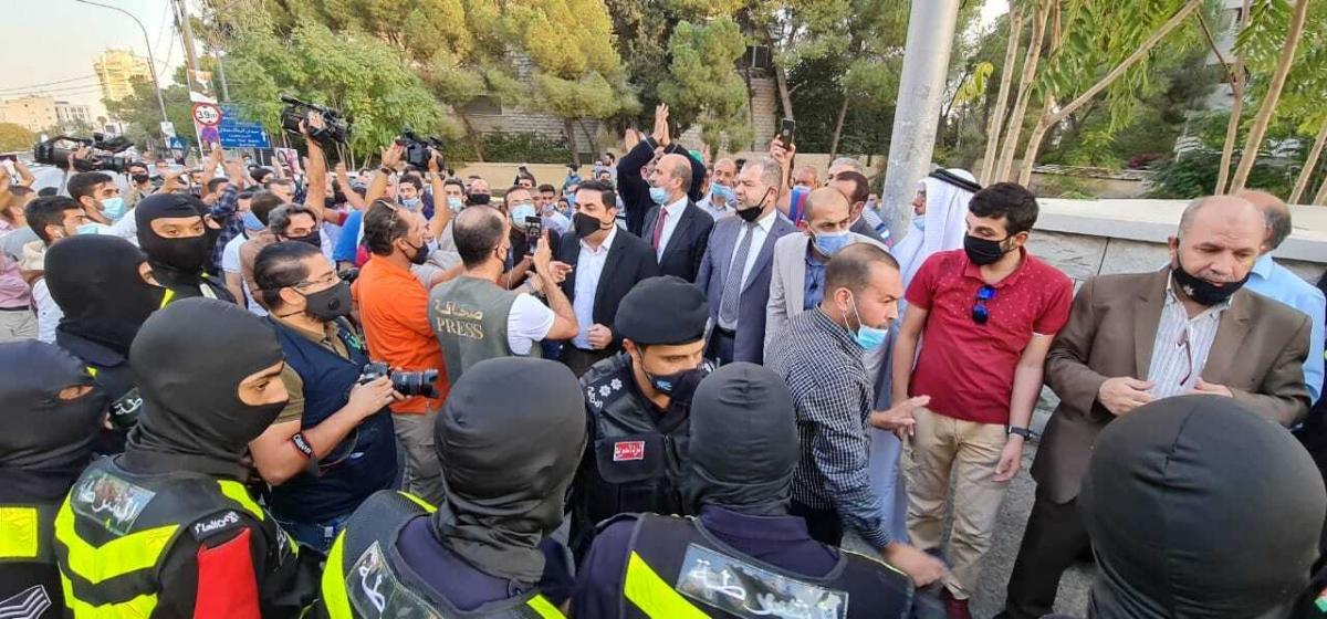 Người dân Jordan biểu tình bên ngoài đại sứ quán Pháp ở Amman. Ảnh RT