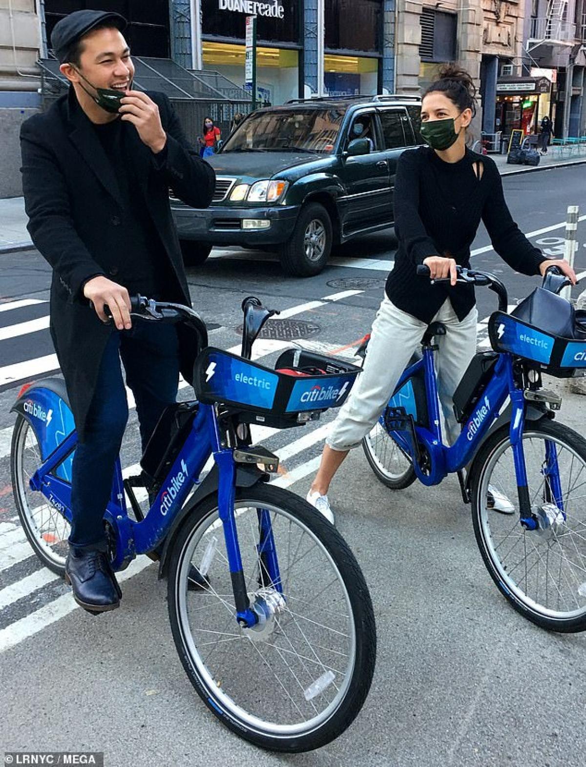 Katie Holmes và bạn trai Emilio Vitolo Jr. vui vẻ đạp xe dạo phố trong tiết trời mùa thu lãng mạn ở New York vừa qua.