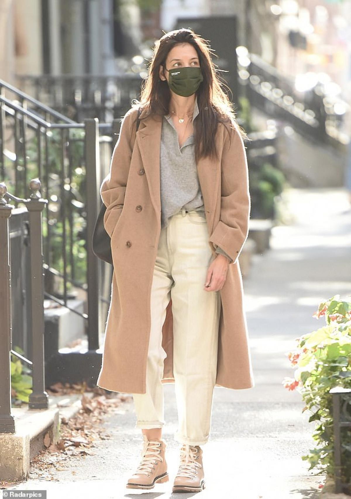 Katie Holmes một mình đi dạo phố ở New York vừa qua.