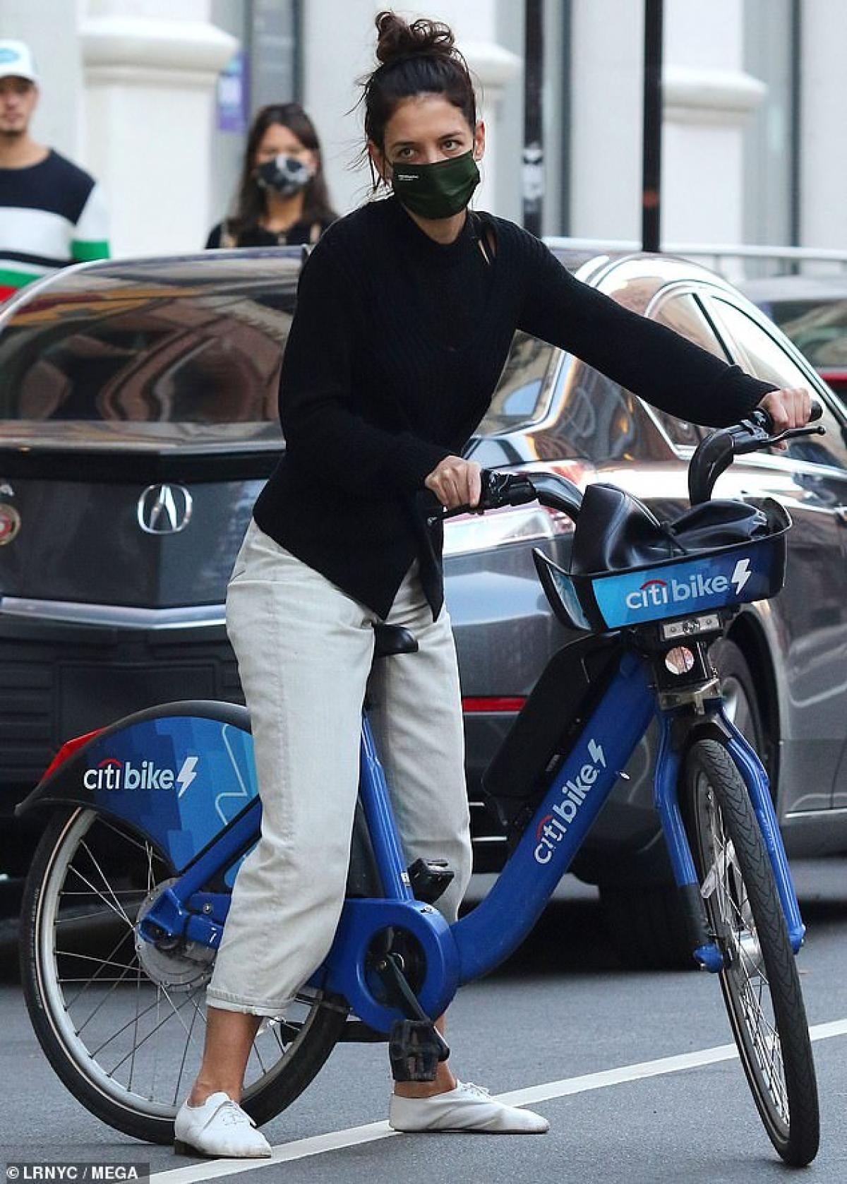 Nữ diễn viên mặc áo len, quần jeans và giày thể thao khỏe khoắn ra phố.