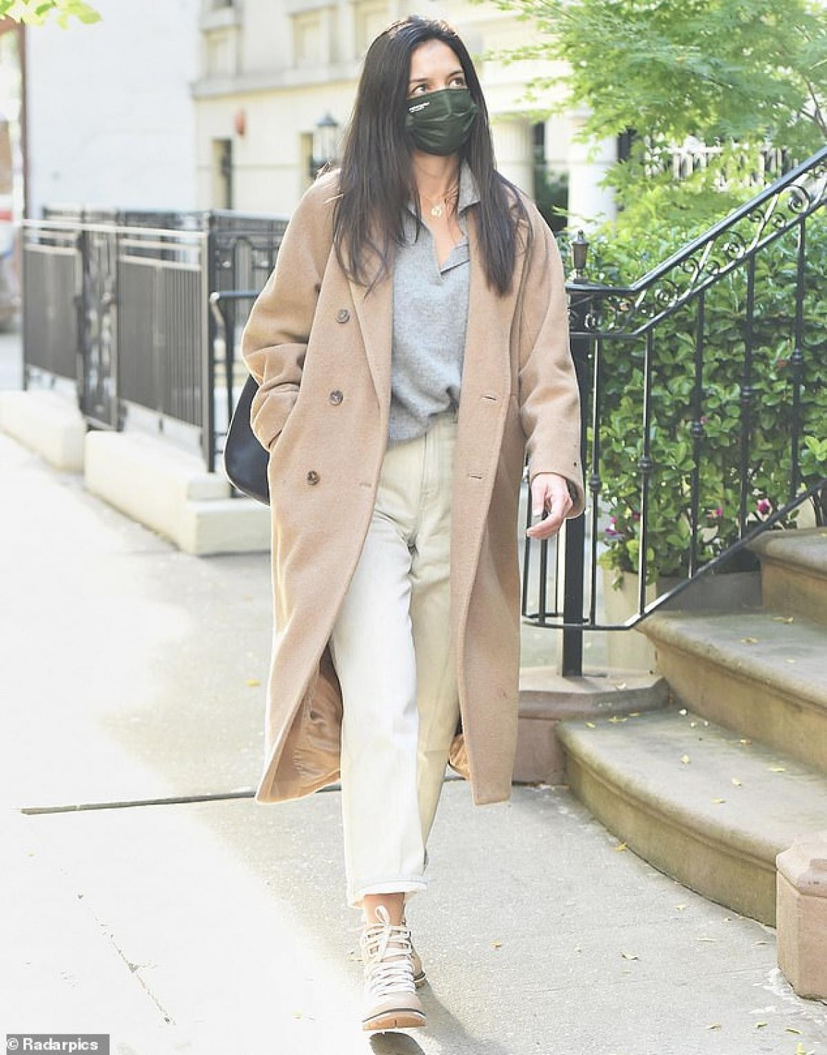 Cô buông xõa tóc, mặc đồ xuề xòa ra phố mà không có bạn trai Emilio Vitolo Jr đi cùng.