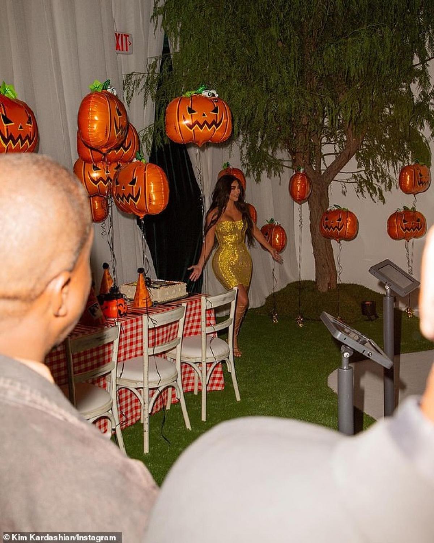 Không gian tổ chức tiệc sinh nhật của cô được trưng bày đậm chất Halloween.
