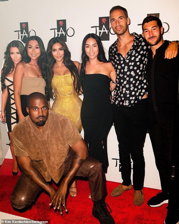 Kim Kardashian sinh năm 1980 ở Mỹ, là ngôi sao truyền hình, người mẫu và doanh nhân.