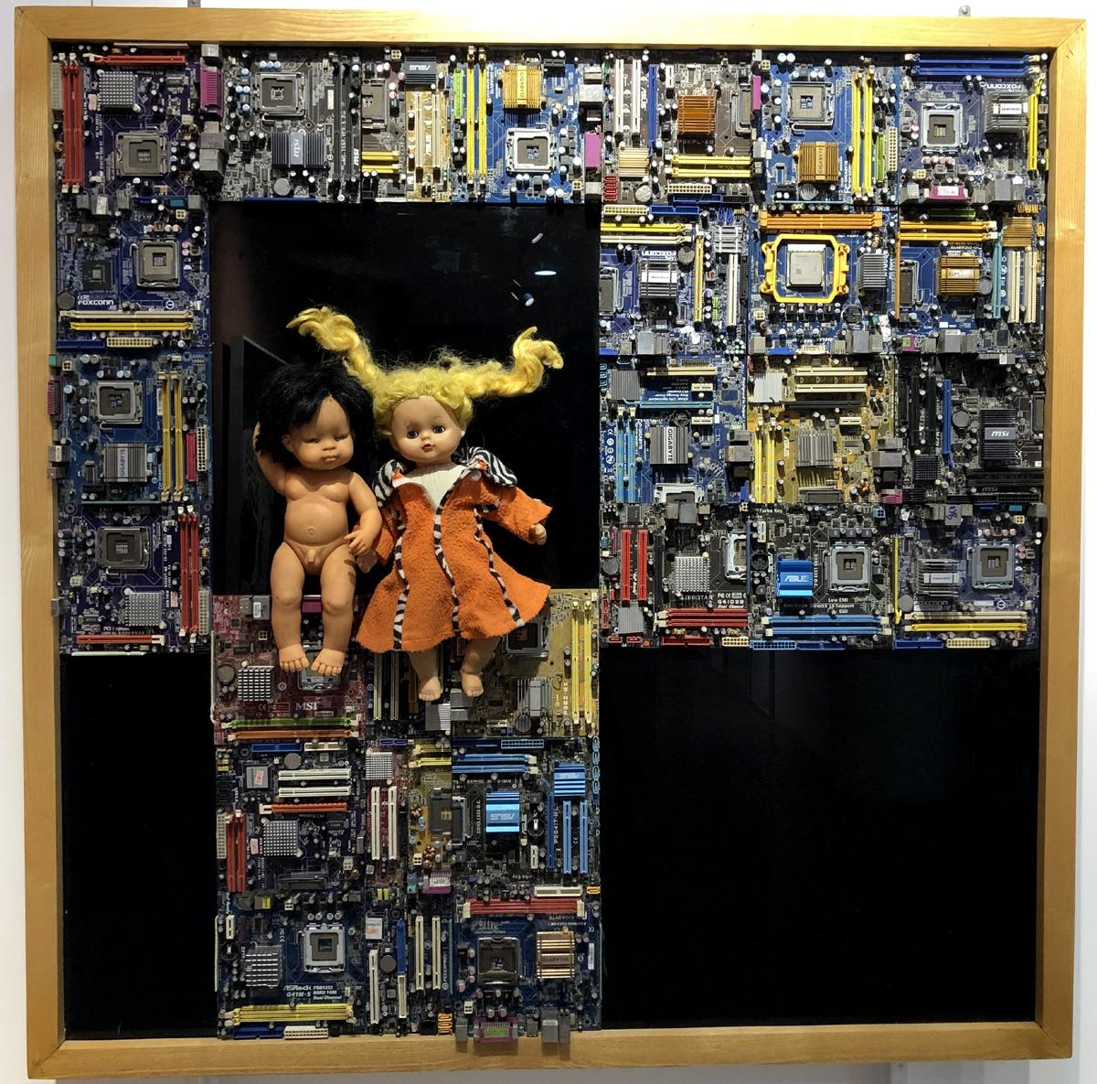 Kẻ canh gác tương lai (bảng mạch, cao su, trên kính màu và tấm nhựa)