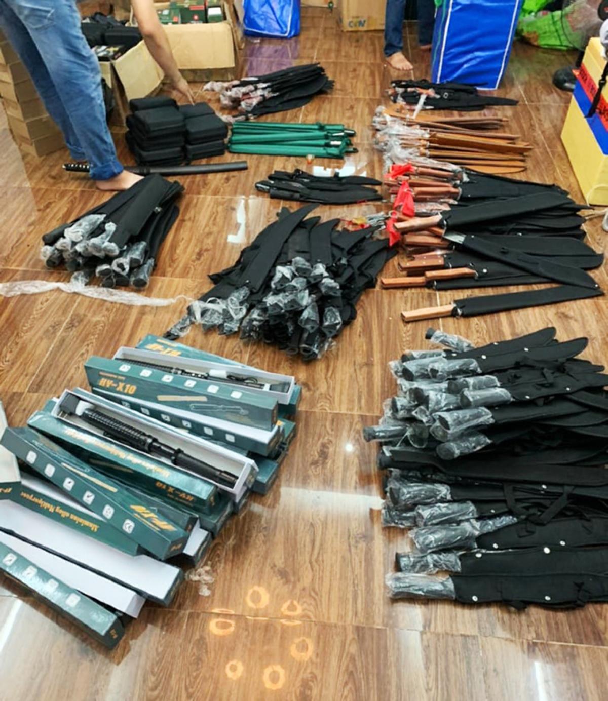 Hàng trăm mã tấu, súng, roi điện... trong nhà của Phạm Phương Minh. Ảnh: Công an cung cấp.