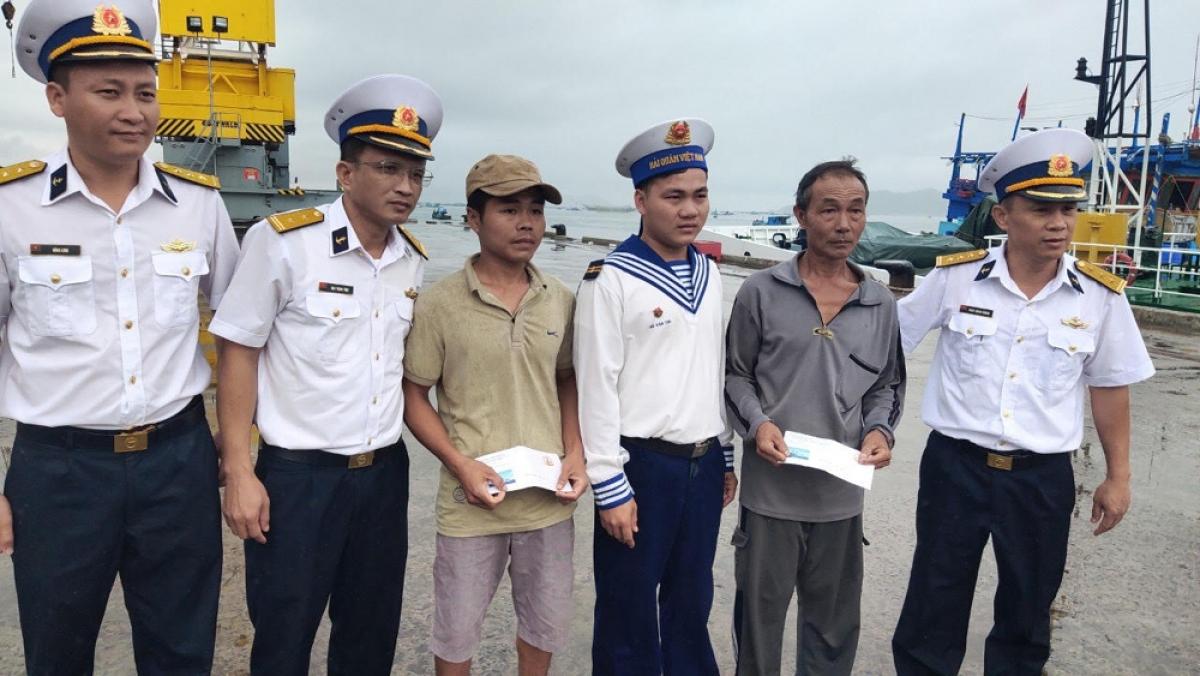Tàu KN 467 đã cập cảng Ba Ngòi và bàn giao ngư dân cho các cơ quan chức năng và gia đình theo đúng pháp luật.