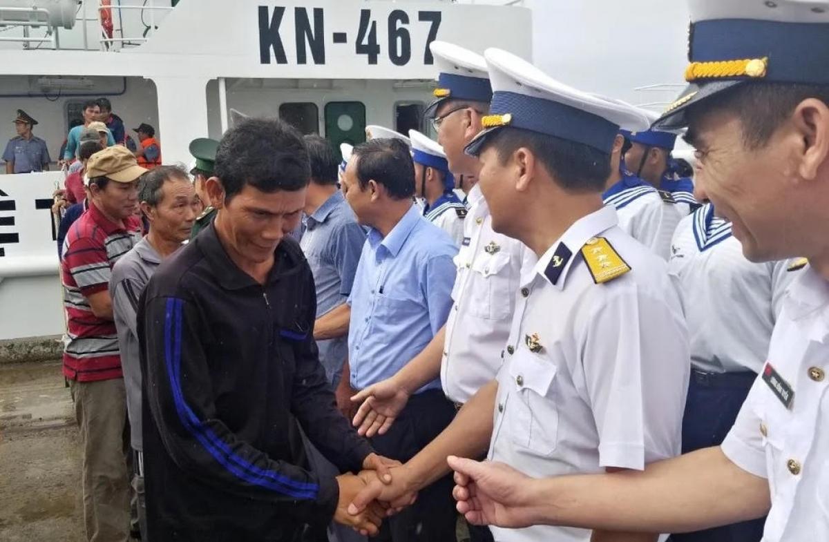Ngư dân gặp nạn trên tàu cá BĐ 98658 TS về bờ an toàn