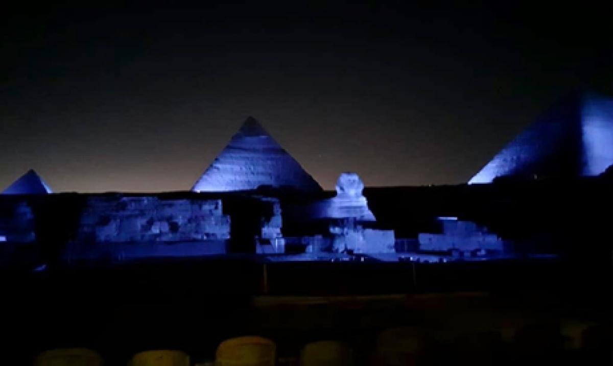 Khu Kim tự tháp Giza của Ai Cập được thắp ánh sáng xanh nhân kỷ niệm 75 năm thành lập Liên Hợp Quốc. Ảnh: Al-Ahram