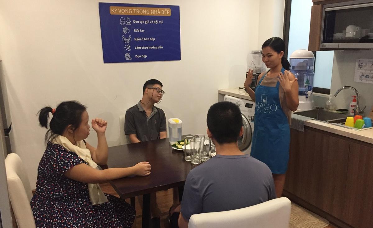 Giờ học về những điều nên/không nên trong nhà bếp, dưới sự hướng dẫn của cô giáo Nguyễn Thị Nhung