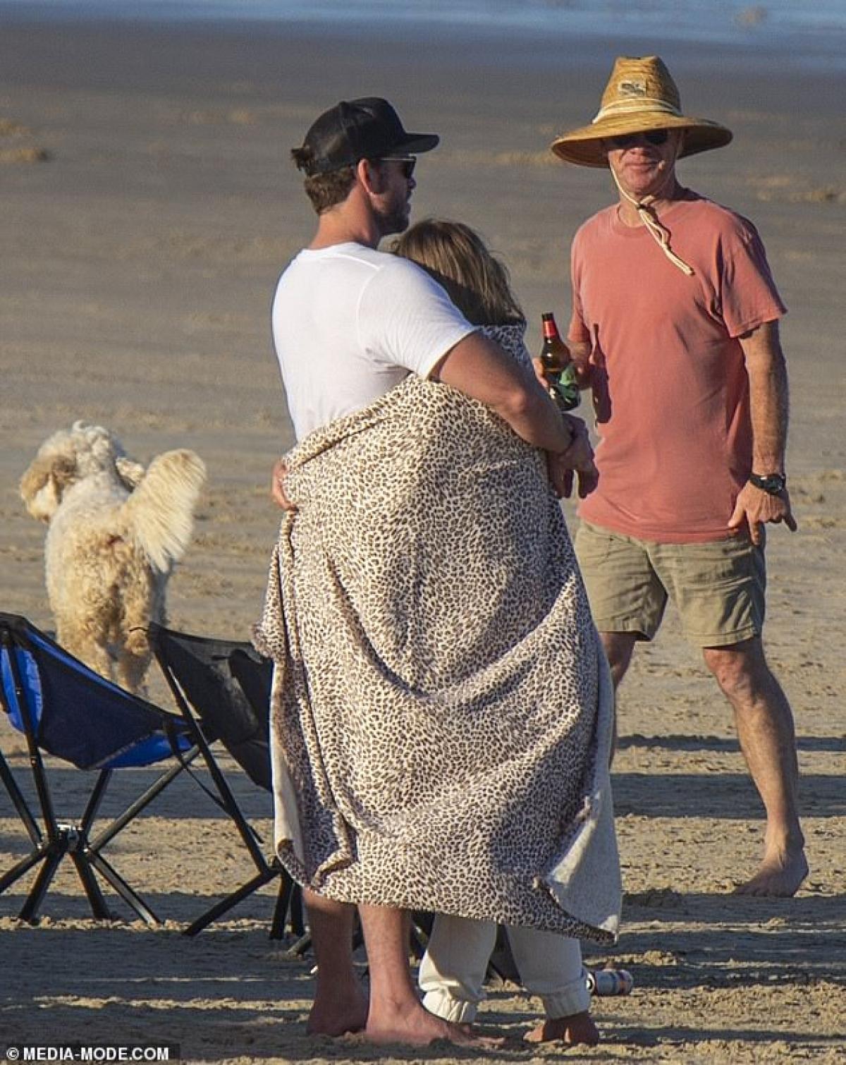 Thậm chí, anh còn quấn thêm khăn ủ ấm cho bạn gái.