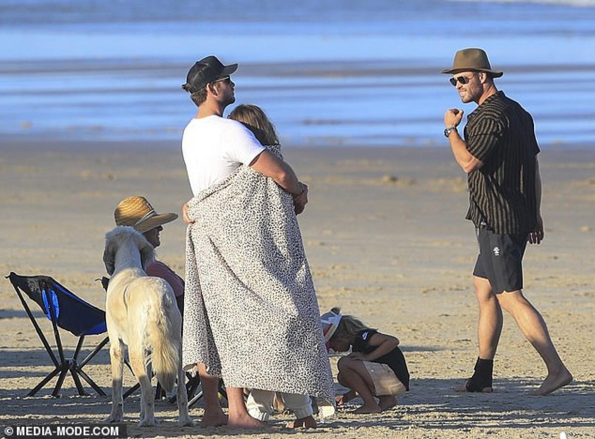 Từ khi yêu Gabriella Brooks, nam diễn viên Liam dành trọn thời gian ở quê nhà để ở bên bạn gái.