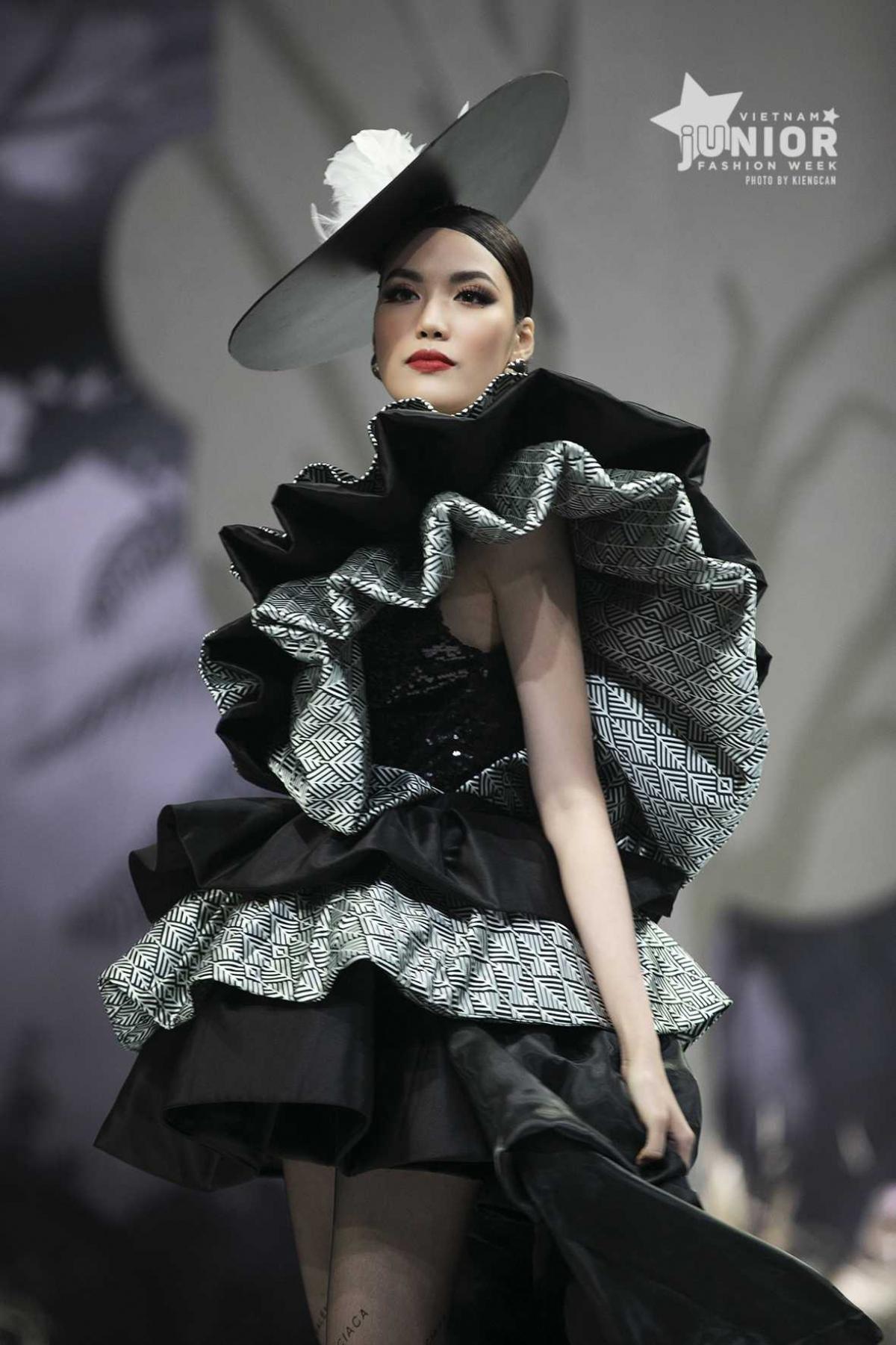 Trên sàn diễn thời trang trong show của Tạ Linh Nhân, Lan Khuê tỏa sáng rạng ngời, cùng các mẫu nhí như Nguyễn Suri (vedette), Vũ Ngọc Trọng Phương, Nguyễn Quỳnh Anh (first-face).