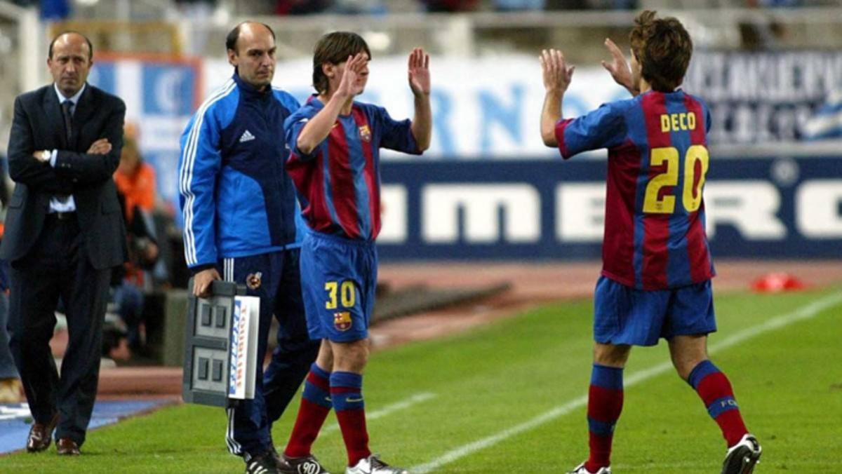 Khoảnh khắc Messi chính thức ra mắt Barca khi vào sân thay Deco ở trận đấu với Espanyol ngày 16/10/2004. (Ảnh: Getty).