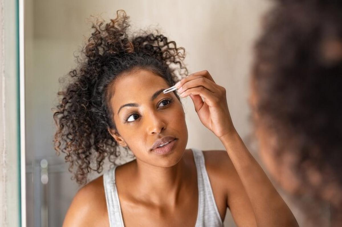 Nhổ lông: Đây có lẽ là phương pháp tẩy lông an toàn và tiết kiệm nhất, vì tất cả những gì bạn cần chỉ là một cây nhíp. Thêm nữa, lông sau khi nhổ vài mất vài tháng mới mọc lại. Tuy vậy, bạn cũng nên hạn chế nhổ lông để tránh gây sẹo và lông mọc ngược vào trong.