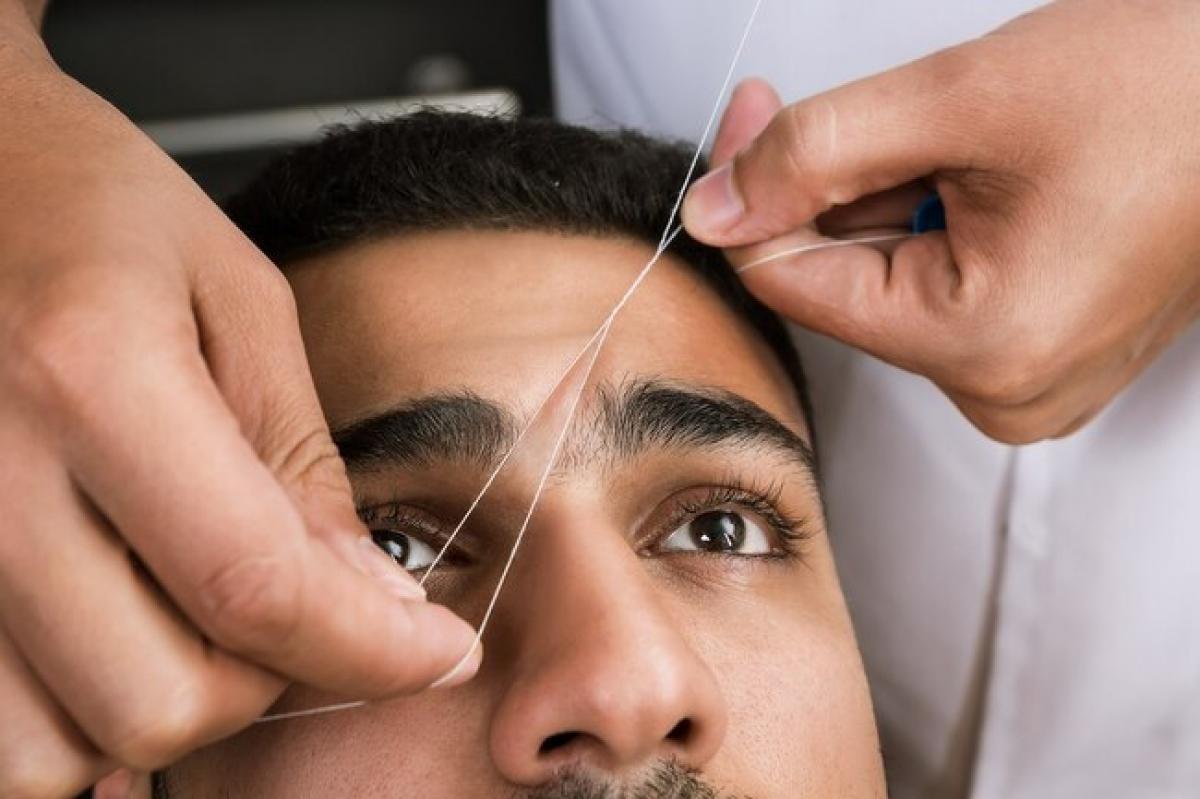 Dùng chỉ: Bạn có thể buộc hai đầu sợi chỉ lại với nhau, sau đó giữ căng chỉ bằng hai tay, xoắn lại rồi kéo trên vùng da cần tẩy lông. Cách này có hiệu quả tương tự như nhổ lông, nhưng giúp bạn tiết kiệm thời gian hơn và ít để lại sẹo, hơn nữa còn không gây kích ứng da nên rất hợp với da nhạy cảm, dầu mụn.