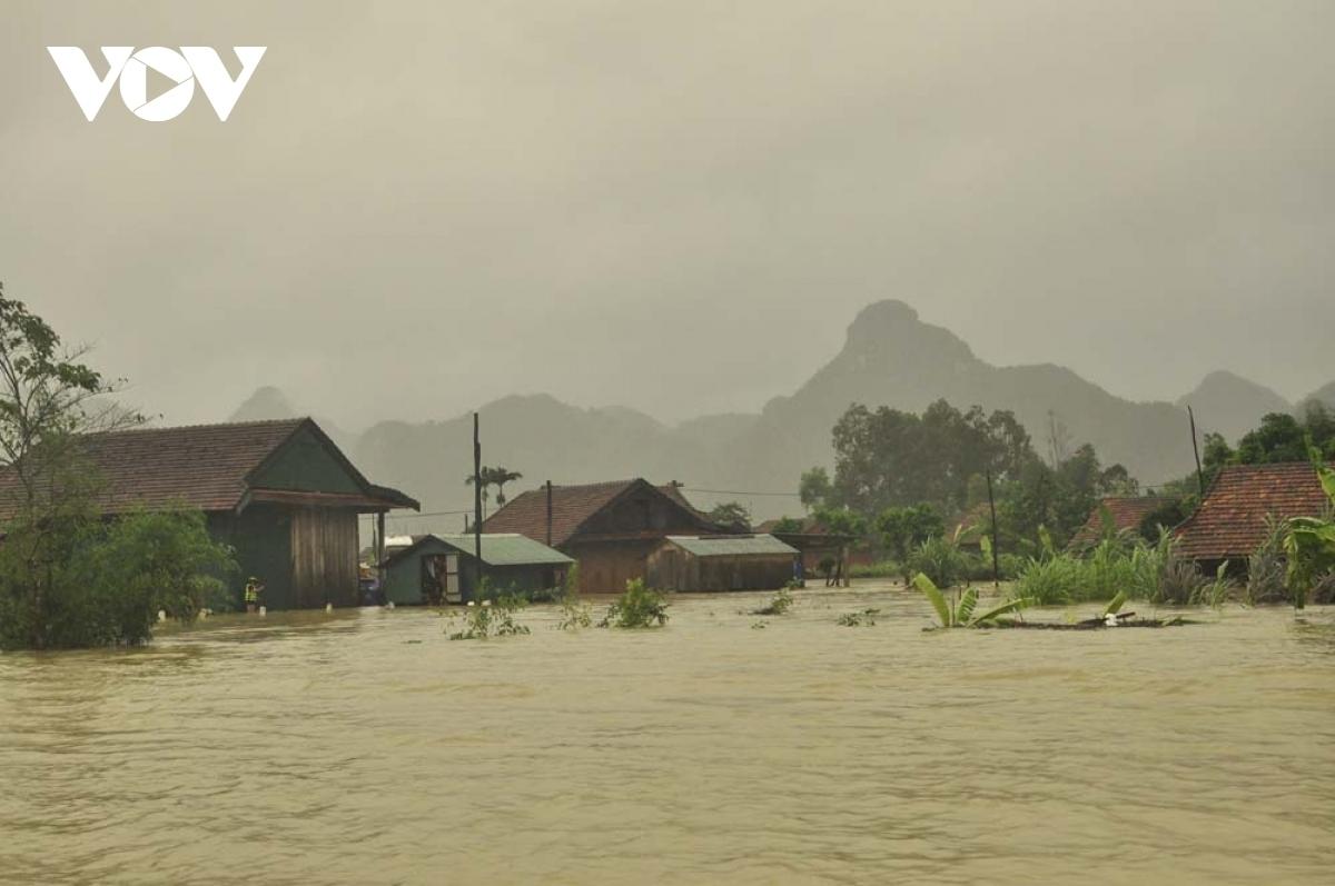 Lũ lụt và sạt lở đất tiếp tục tàn phá miền Trung Việt Nam.