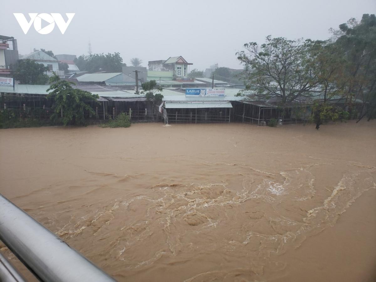 Tình hình mưa lũ tại các tỉnh miền Trung tiếp tục diễn biến phức tạp.