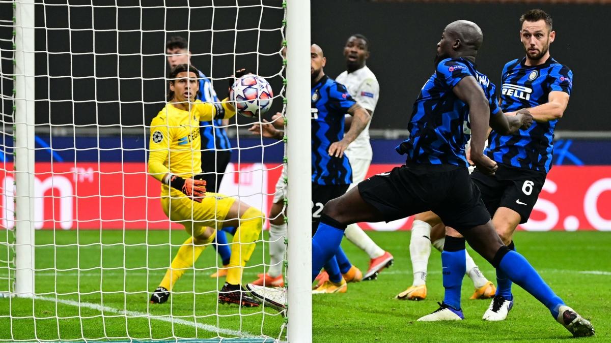 Khoảnh khắc Lukaku ghi bàn quyết định, giữ lại 1 điểm cho Inter trước Monchengladbach (Ảnh: Getty).
