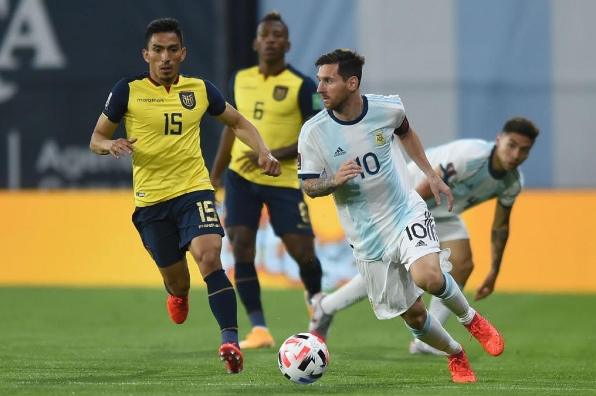 Messi khiến hàng thủ của Ecuador vất vả theo kèm (Ảnh: Getty).