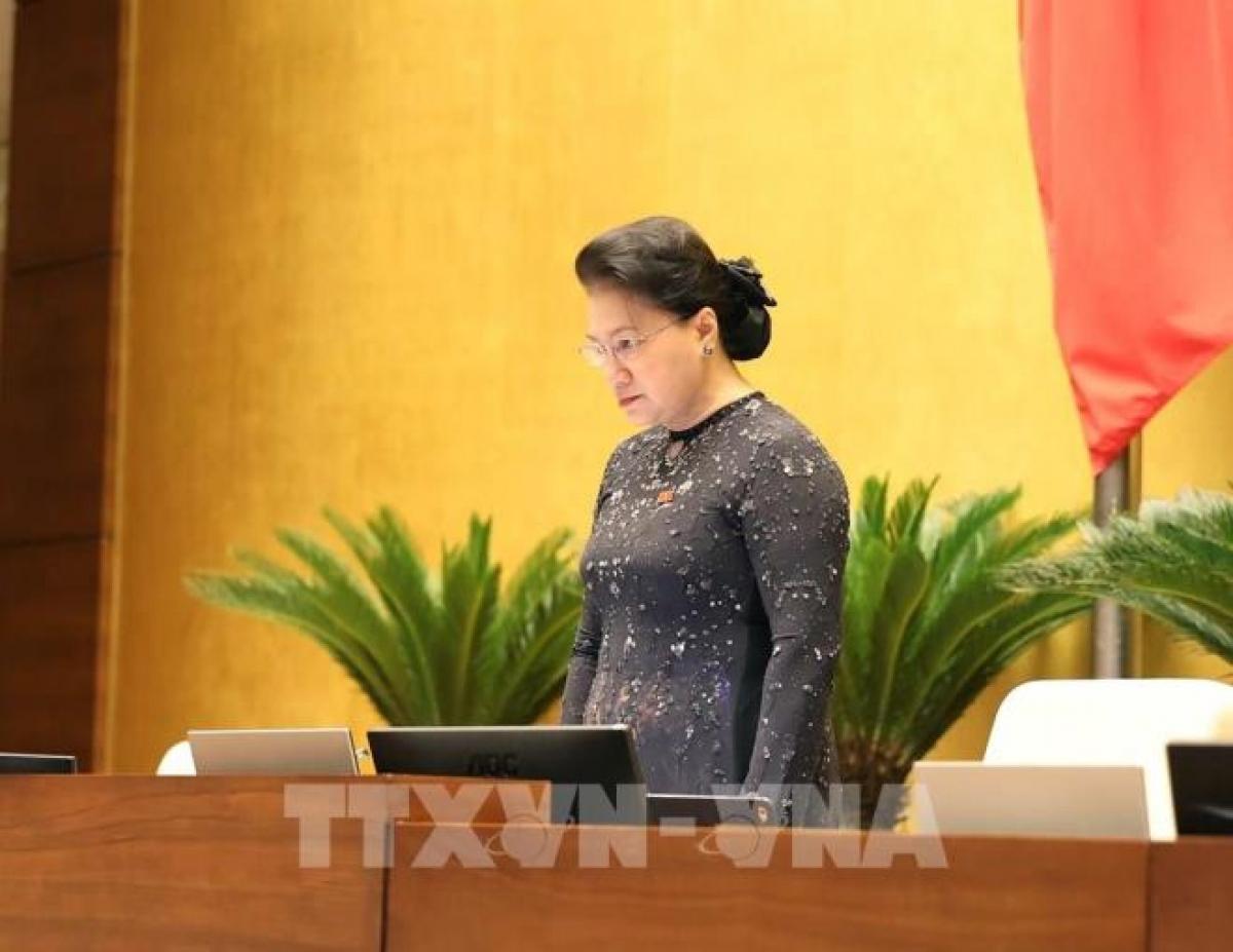 Chủ tịch Quốc hội Nguyễn Thị Kim Ngân mặc niệm các quân nhân hy sinh khi đi cứu hộ, đồng bào tử nạn trong mưa lũ, sáng 20/10.