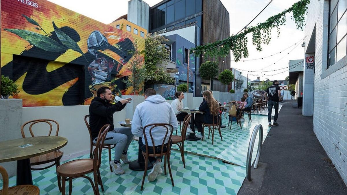 Người dân Melbourne thưởng thức bữa sáng tại nhà hàng khi thành phố được gỡ bỏ lệnh phong tỏa từ sáng 28/10. Ảnh Getty